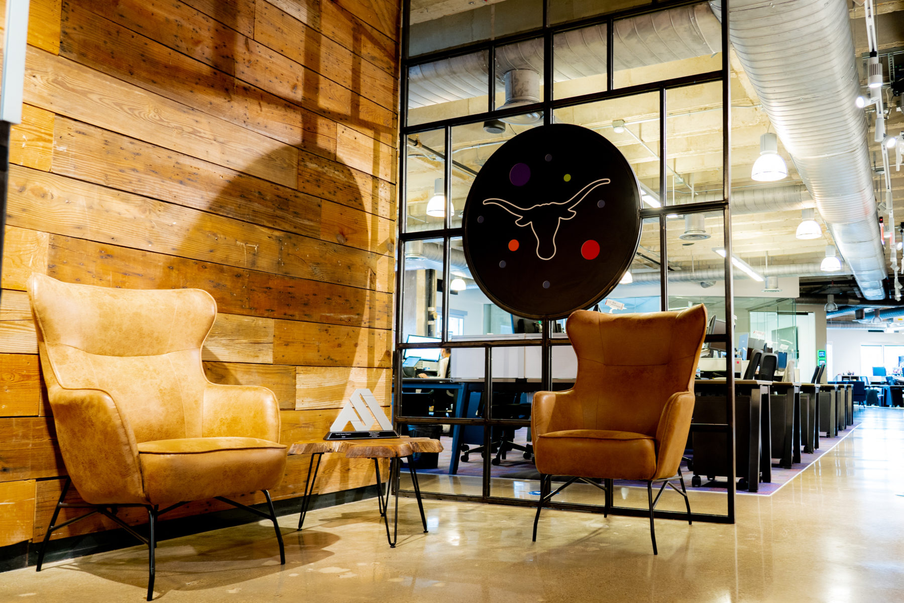 High back chairs sit in front of accent walls at DPR's Dallas office.